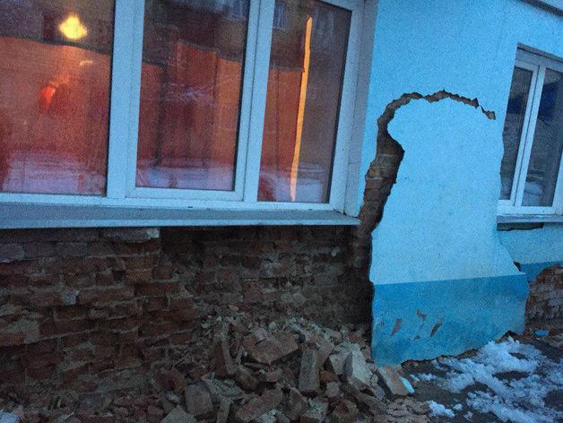 На улице Армейской рассыпалась стена дома, который власти не признали аварийным