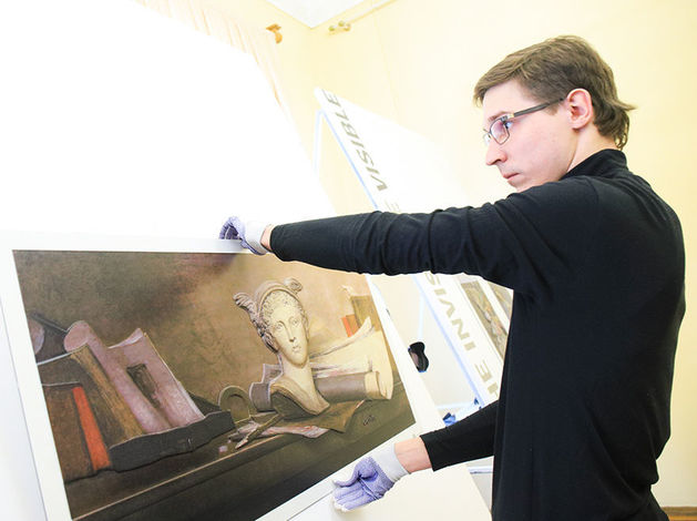 «Видеть невидимое»: в Красноярске открылась «тактильная» выставка живописи ВИДЕО