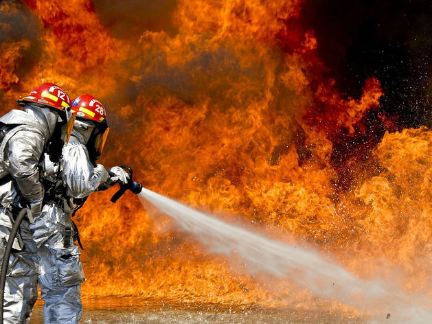 Площадь пожара на лесоперерабатывающем заводе в Красноярском крае возросла до 2 тысяч кв.м