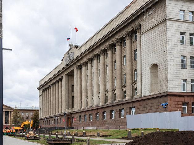 В Красноярске около краевого правительства вырубили полувековые ели