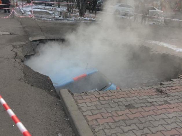 На перекрестке ул. Мичурина-Волгоградская в Красноярске под землю провалился автомобиль