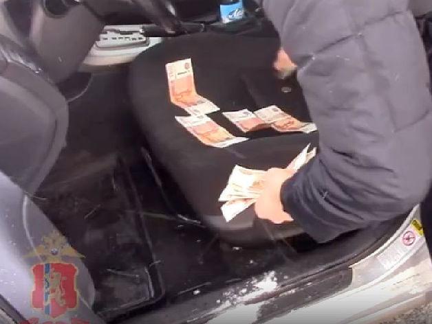 Глава Козульского района в Красноярском крае бросил взятку в снег