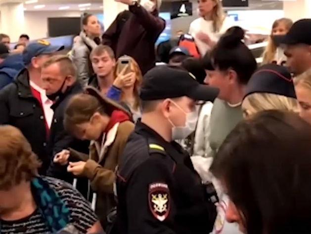 Прилетевшие из Таиланда красноярцы со штурмом прорывались из аэропорта