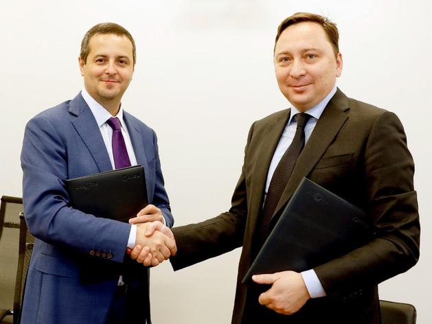 """На фото: подписание соглашение между Россети и ГК """"Хевел"""""""