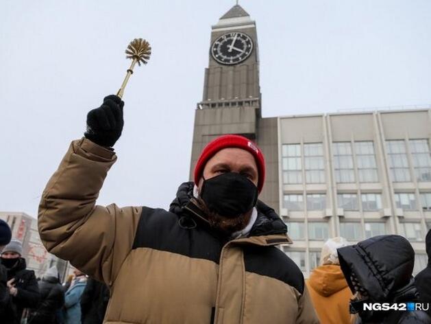 Красноярец продает «золотой ершик» с митинга в поддержку Навального