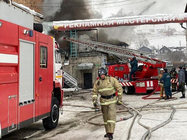 В пожаре на складе автозапчастей в Красноярске погибло трое пожарных