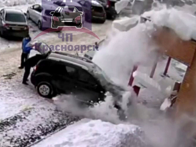 Снежная глыба, сорвавшись с крыши, повредила легковой автомобиль.